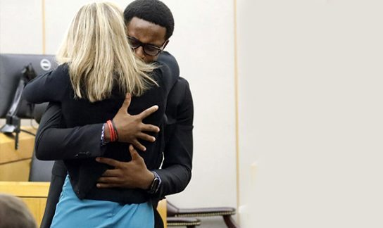 Kardeşini öldüren katile sarılıp affettiğini söyledi