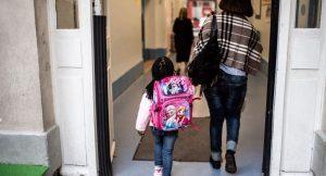 Okul kapısında her gün ağlayan kızını avutmak için minik bir çözüm buldu