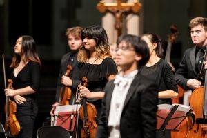 Ezo Sarıcı önderliğinde kurulan filarmoni orkestrasına tam not
