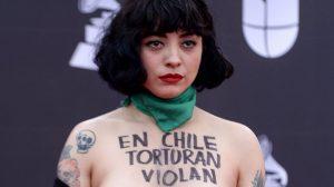Şilili şarkıcıdan kırmızı halıda üstsüz protesto