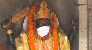 Hindistan'da hava kirliliğinine karşı inanç heykellerine maske takıldı
