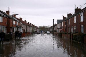 İngiltere'nin orta ve kuzey bölgelerine bir aylık yağış bir günde yağdı
