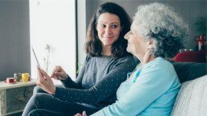 İngiltere'de kadınların yarısı 46 yaşında bakım sorumluluğu üstleniyor
