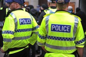Westminster'de bir polis bıçaklandı