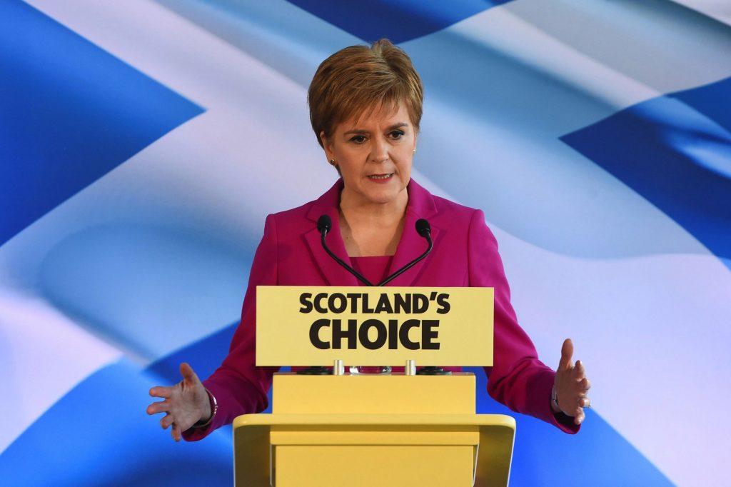 İskoç lider Sturgeon ülkesinin İngiltere'den daha farklı bir yol çizdiğine inanıyor