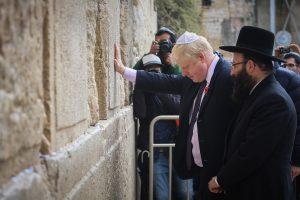 Johnson'ın ilk icraatı kamuda İsrail boykotlarına katılımı yasaklamak olacak
