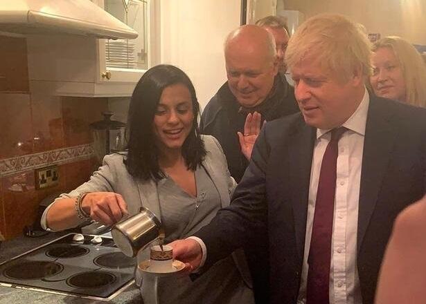 Kıbrıslı şarkıcı Boris Johnson'a Türk kahvesi ikram etti