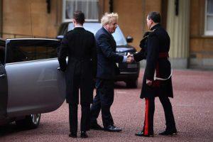 Kraliçe seçimden zaferle çıkan Johnson'a hükümet kurma iznini aldı