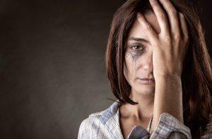 İngiltere'de sokağa çıkma kısıtlamaları başladıktan sonra ev içi şiddet hattına telefon sayısı yüzde 66 arttı