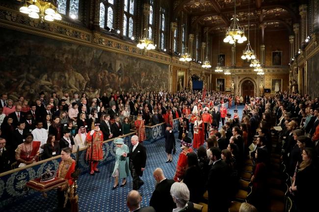 Kraliçe'nin katıldığı törenle parlamento yeniden açıldı