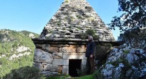 Yıllarca adaklar adanan türbe Yunan savaşçının anıt mezarı çıktı