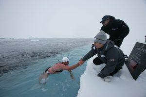 İklim değişikliğine dikkat çekmek için Antarktika'da yüzdü