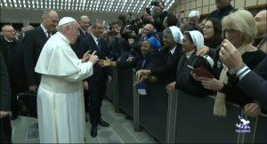 Papa Francis'ten rahibeye 'şartlı' öpücük