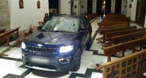 Şeytandan kaçtığını söyleyen adam kiliseye arabayla girdi