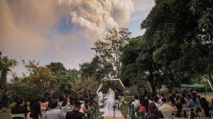 Yanardağ lav püskürtürken düğüne devam ettiler