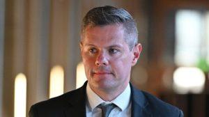 İskoçya Maliye Bakanı 16 yaşındaki bir çocukla mesajlaştığı iddiaları üzerine istifa etti