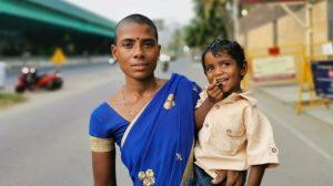 Hindistan'da çocuklarını doyurmak için 2 dolara saçlarını satan anne için yardım kampanyası başlatıldı