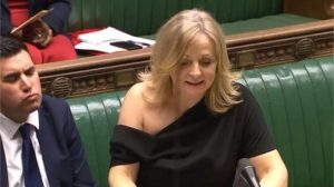 Omzu açık elbisesiyle parlamentoda konuşan İşçi Partili vekil eleştirilere yanıt verdi