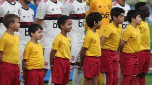 İngiliz vekil mecliste futbolcularla sahaya çıkan çocuklar için ödenen parayı tartıştı