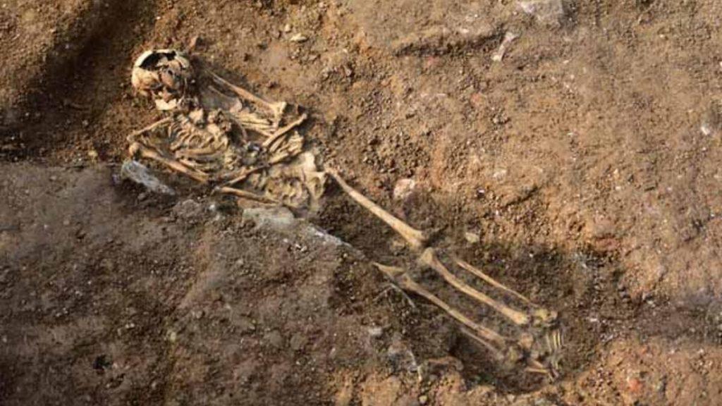 İngiltere'de inşaat alanında elleri arkada bağlı 42 iskelet bulundu