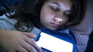 İngiltere'de çocukların çoğu cep telefonlarıyla uyuyor