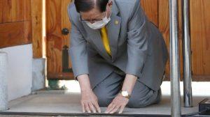 Güney Koreli tarikat lideri virüsün yayılmasından dolayı diz çökerek özür diledi