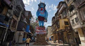 Hindistan'da koronavirüsü temsil eden dev kukla halk tarafından ateşe verildi