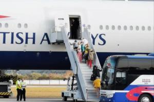 Küba'nın yanaşmasına izin verdiği geminin yolcuları İngiltere'ye döndü