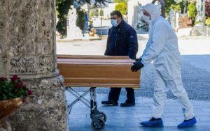 İngiltere Korona kurbanlarının cenazelerini yakma planından vazgeçti
