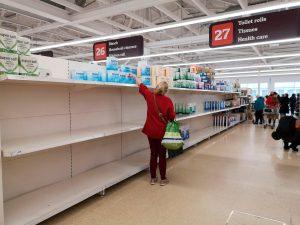 Korona paniği İngiltere'de temizlik raflarını boşalttırıyor