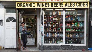 İngiltere'de açık kalması gereken dükkanlar listesi güncellendi