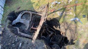 Evinin bahçesinde 1950'lerden kalma gömülü araba buldu