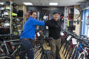 Bir toplum üyemiz bisikleti çalınan kalp doktoruna bisiklet hediye etti