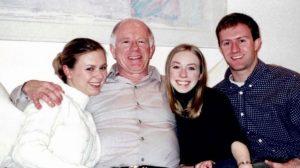 Babalarını telefonda şarkılar söyleyerek ölüme uğurlayan dört kardeş