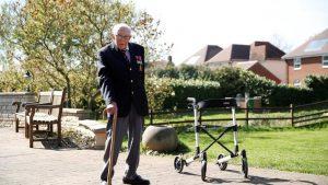 99 yaşındaki İngiliz adam Korona mücadelesi için 12 milyon pound topladı