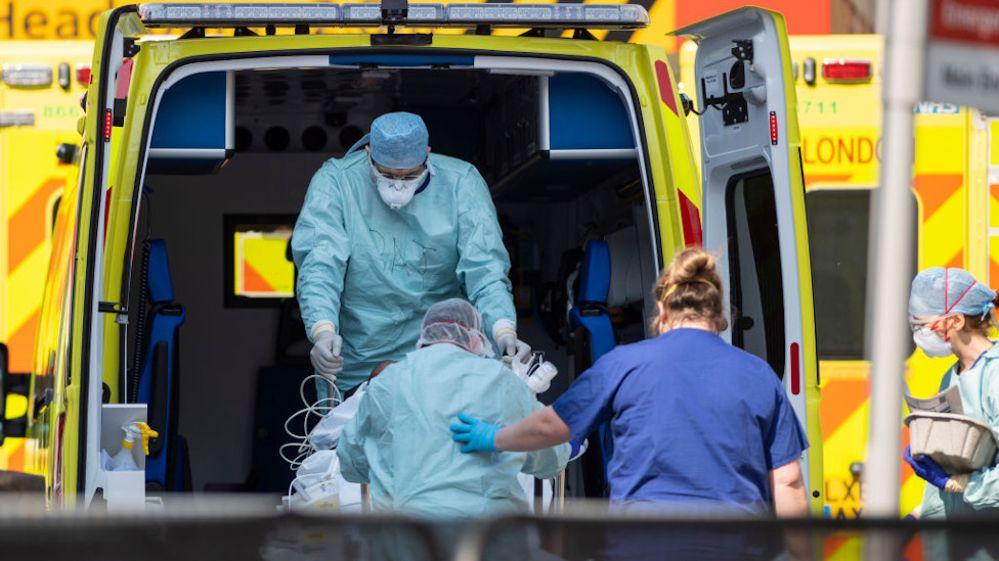 Birleşik Krallık'ta salgın sebebiyle hayatını kaybedenlerin sayısında düşüş yaşanıyor