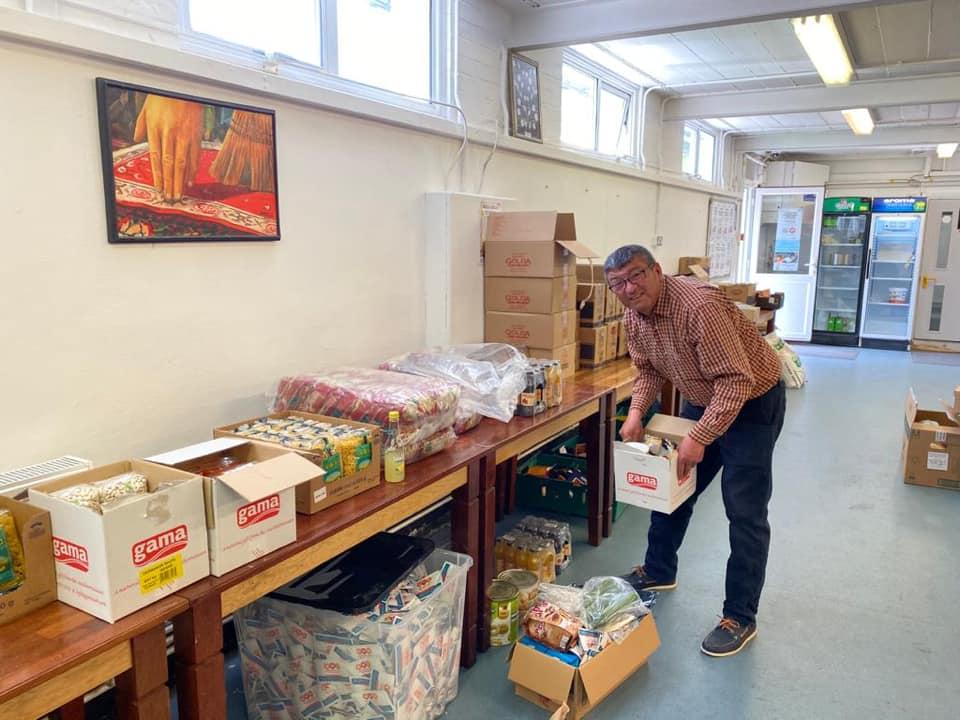 Britanya Alevi Federasyonu'nda kurulan yardım merkezi ihtiyaç sahiplerine ücretsiz gıda dağıtıyor