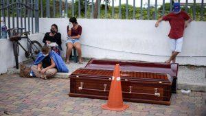 Mezarlıklarda yer kalmayınca Koronadan ölenleri evlerinin önüne bıraktılar