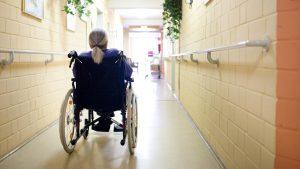 İngiltere'de bakımevlerinde 7500 kişinin koronavirüs şüphesiyle ölmüş olmasından korkuluyor