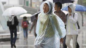 Japonya'da koruyucu ekipman sıkıntısı sebebiyle halktan yağmurlukları istendi
