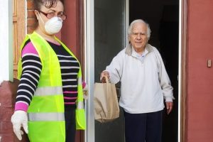 Haringey'de yaşayan Kıbrıslılara yemek dağıtıyorlar