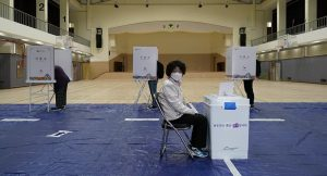 Korona salgınına rağmen Güney Kore'de sıkı hijyen kuralları altında genel seçim düzenleniyor