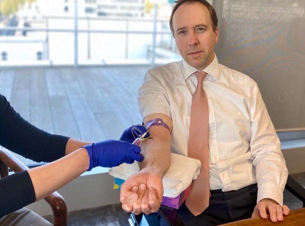 Sağlık Bakanı Hancock deneme safhasında olan plazma tedavisi için kan bağışında bulundu