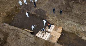 New York'ta koronavirüs kurbanları toplu mezarlara gömülüyor