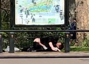 """Buckingham Sarayı yanında cinsel ilişkiye giren çifte """"Sosyal mesafeye uyun"""" uyarısı"""