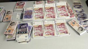 Yol kontrolü yapan polisler TIR'ın içine saklanmış 400 bin sterlin buldu