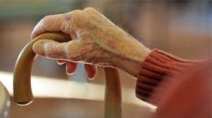 İngiltere'de bakımevlerinde kalan hasta ve yaşlılarla ilgili kaygılar artıyor