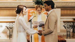 Sağlık çalışanı çift erteledikleri düğünlerini çalıştıkları hastanede gerçekleştirdi