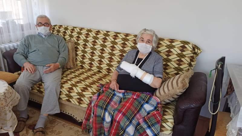Hava almak için sokağa çıkan 65 yaş üstü çifte motosiklet çarpınca soluğu hastanede aldılar