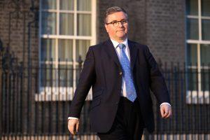 İngiliz bakan ölümlere neden olan bakımevi politikasını savundu